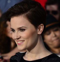 464px-Veronica_Roth_March_18,_2014_(cropped)