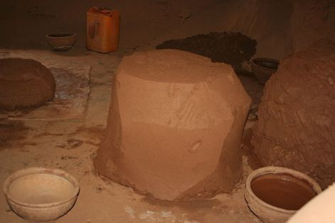 640px-Block_of_mixed_earthenware_clay
