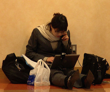 640px-Girl_with_laptop_japan cropped